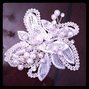 Accessories - 💥 Lace, pearl and crystal hairpiece/ clip brooch